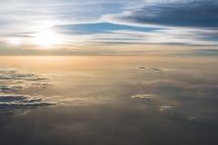 Beaucoup opacifient dans le vol au-dessus du lever de soleil Photos libres de droits