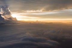 Beaucoup opacifient dans le vol au-dessus du lever de soleil Images libres de droits