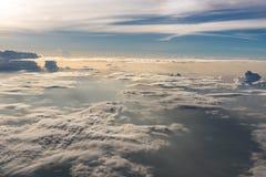 Beaucoup opacifient dans le vol au-dessus du lever de soleil Images stock