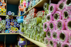 Beaucoup papier coloré de cadeau en petits pains Images stock
