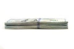 Beaucoup paquet des USA 100 dollars de billets de banque sur un fond blanc Images libres de droits