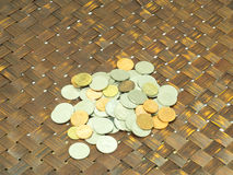 Beaucoup pièce de monnaie thaïlandaise sur le fond en bois Photographie stock