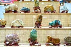 Beaucoup pierre minérale placée dans les semelles en bois Photos stock