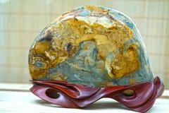 Beaucoup pierre minérale placée dans les semelles en bois Photographie stock libre de droits