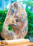 Beaucoup pierre minérale placée dans les semelles en bois Photo stock