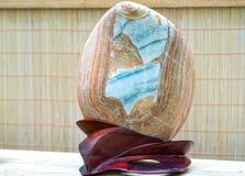 Beaucoup pierre minérale placée dans les semelles en bois Image stock