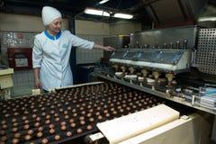 Beaucoup production massive de gâteau d'usine douce de nourriture Image libre de droits