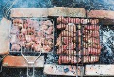 Beaucoup rôtissent des morceaux de viande sur un gril Photographie stock libre de droits