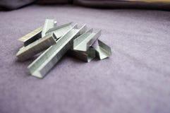 Beaucoup repassent, metal, les agrafes argentées de construction Photo libre de droits