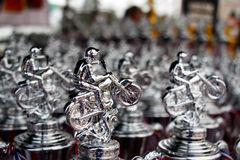 Beaucoup soutiennent le trophée argenté pour la moto extrême de sport, la concurrence de motocross Images libres de droits