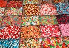 Beaucoup sucrerie et caoutchouteux sucrés en vente dans la stalle de sucrerie dans les gens du pays image stock