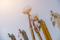 Beaucoup tendent le cou l'ascenseur ou le mobile sur la construction industrielle Image libre de droits