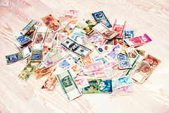 Beaucoup vieil argent de différents pays avec le billet d'un dollar 100 sur l'OE Photographie stock libre de droits