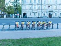Beaucoup vont à vélo pour louer dans la ville photo libre de droits