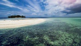 Beauiful热带海滩和清楚的海水 免版税库存图片
