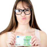 Beauitful-Frau, die irgendeine Eurobanknote mit lustigem Blick hält Lizenzfreies Stockbild