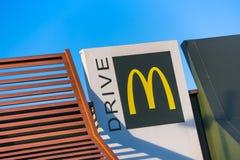 Beaulieu Frankrike - Oktober 26, 2015: McDonald's guling och rött drev-till och med logo Arkivbild