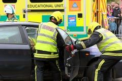 Beaulieu, Hampshire, Großbritannien - 29. Mai 2017: Feuerwehrmänner, die zu Zutritt erhalten stockfotos