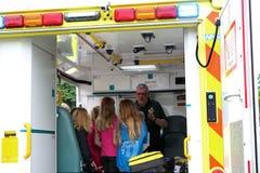 Beaulieu Hampshire, UK - Maj 29 2017: Person med paramedicinsk utbildning i en ambulans Royaltyfria Bilder