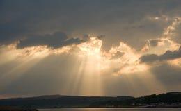 beauly在光芒s星期日的黑色峡湾小岛 库存照片