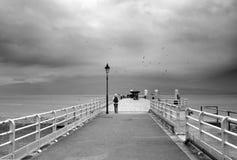 Beaumaris Gales - cais no mar no clima de tempestade imagens de stock
