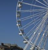 Beaumaris, Gales - a roda de Ferris e alguns telhados fotos de stock royalty free
