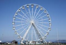 Beaumaris, Gales - a roda de Ferris e o céu azul imagem de stock
