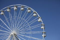 Beaumaris, Gales - a roda de Ferris e o céu azul do espaço livre foto de stock