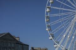 Beaumaris, Gales - a roda de Ferris em um dia ensolarado fotos de stock