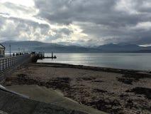 Beaumaris molo z Snowdonia górami obraz stock