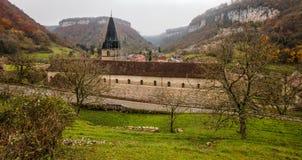 Beaumes-les-Messieurs, Francia - la abadía imagenes de archivo