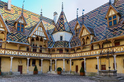 Beaune Hotelowi Dieu colorfu dachy Obraz Royalty Free