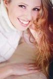 beauriful λευκό πουλόβερ κοριτσιών Στοκ Φωτογραφία