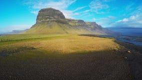 Beauriful Islanda dall'antenna - paesaggio della montagna lungo l'itinerario 1 stock footage