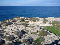 Beaurifull niewygładzony skalisty wybrzeże karpasia półwysep zdjęcia royalty free
