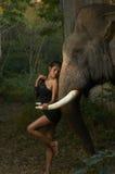 Beauté asiatique avec l'éléphant amical Photos libres de droits