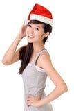 Beauté asiatique avec le chapeau du père noël image stock