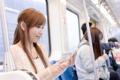 Beauté asiatique dans des chariots de MRT Photo stock