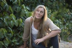 Beauté australienne avec de longs cheveux blonds Photo libre de droits