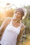 Beauté australienne avec de longs cheveux blonds dans une écharpe Photographie stock