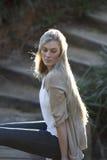 Beauté australienne avec de longs cheveux blonds regardant au-dessus de l'épaule Photo stock