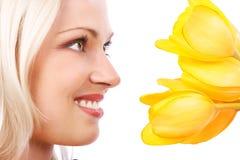 Beauté avec des fleurs Photographie stock libre de droits