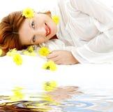 Beauté avec les fleurs jaunes sur le sable blanc photo stock