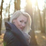 Beauté blonde de sourire. Photographie stock