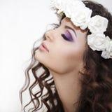 Beauté - brune luxueuse de jeune femme avec de longs poils bouclés au-dessus du fond blanc photos libres de droits