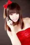 Beauté chinoise au téléphone photographie stock