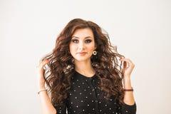 Beauté, coiffure et concept de personnes - jeune femme heureuse avec la coiffure de finissage au salon Images stock