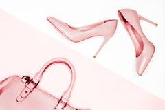 Beauté, concept de mode d'Art Minimal chaussures femelles nues roses sur le fond blanc Configuration plate, backgr féminin de mod photographie stock libre de droits