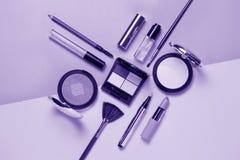 Beauté, cosmétiques décoratifs Brosse de lecture de maquillage et palette ultra-violettes de fard à paupières de couleur, configu image libre de droits