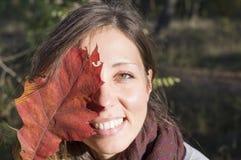 Beauté d'automne, portrait d'une fille heureuse dehors Image stock